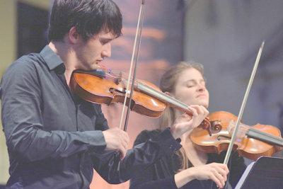 Les violonistes T. Langlois de Swarte et S.de Bardonnèche Le Consort Rivalità ©Bertrand PICHENE-CCR Ambronay