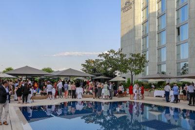 Soirée estivale autour de la piscine du Poolgarden de l'Hôtel Président Wilson organisé par l'IRP (c) President Wilson Hotel